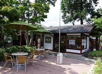 お隣には、系列のジェラートカフェ『マローネ』が。栗アイスをはじめ、旬を迎えた地の果物が素材です。※12月~3月休業。