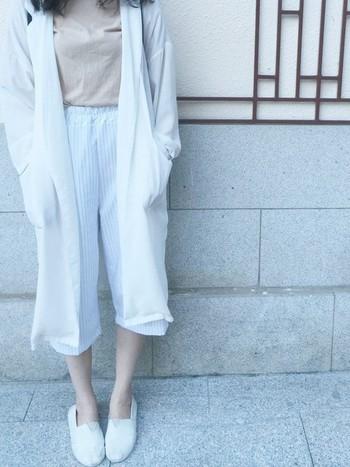 爽やかな白のエスパドリーユを履くと、清潔感があって涼しげな雰囲気に。もちろん、オールホワイトコーデにも活用できますね♪