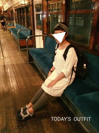 レギンスと同系色のサンダルと靴下で、グラデーションを。ナチュラルな色合いで女性らしさはそのまま残した、スポーツミックスコーディネート。