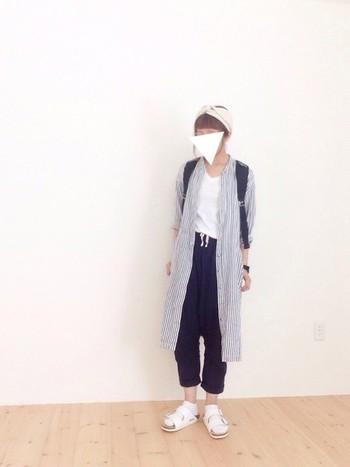 パンツと合わせるなら、ちょっと短めの靴下を。白×白のサンダルと靴下は清潔感があって、まとまりのあるコーディネートに。