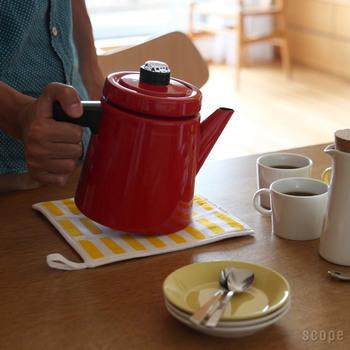 お湯を沸かしたやかんや、オーブン料理を器ごとテーブルに置きたいときにも重宝します。