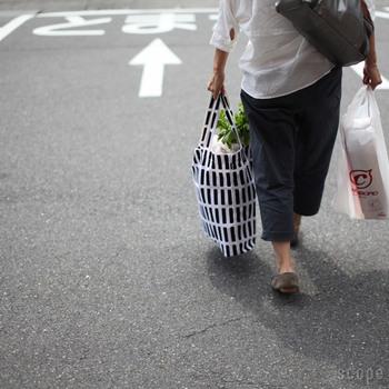 ハンドルは長めなので、肩に掛けて持つこともできます。もともとショッピングバッグではないので、所帯じみた感じが無く、買い物もスマートに見えます。