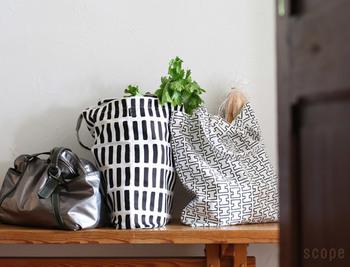柔らかなキャンバス地のキャンバスバッグは、ショッピングバッグにぴったり。形や重さが異なるものをたくさん詰め込んでも、外形がいびつになりにくいので、使い勝手がいいのです。