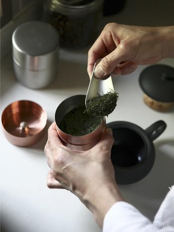 こちらも「東屋」から。銅製の茶筒は、側面に継ぎ目のない、なめらかな手ざわりの一体型の円柱。精度の高いつくりで蓋もぴったりと閉まり、茶葉の香りをしっかりと密封してくれます。