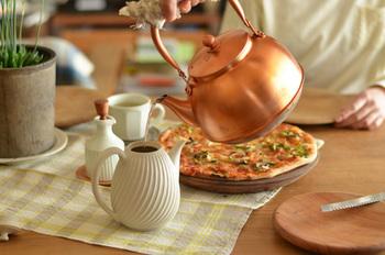 海外からも高い評価を得ている「銅之薬缶」。確かにさりげない造形は、洋風のテーブルにも違和感なく馴染みますね。