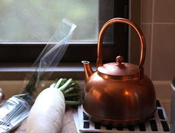 水をまろやかにするという銅製のやかんは、お茶にも、お料理にも積極的に使いたいもの。毎日使い込むほどに、深く美しい飴色へと変化していきます。