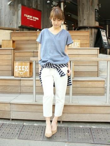 流行のホワイトデニムも腰巻きがあればコーディネートの幅が広がります。ここではシャツではなくカットソーを腰巻きに。参考にしたいアイディアです。