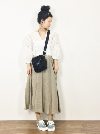 ベージュのロングスカート×白ブラウス。 リネンのロングスカートは涼しげで履きやすく、普段使いにピッタリ。