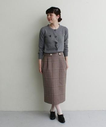 秋らしいスカートとの組み合わせで上品に。薄手のカーディガンなら暑苦しさもなく、季節の変わり目にぴったりです。