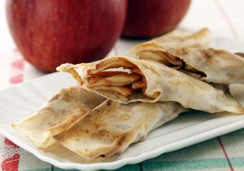 りんごも春巻きの皮とは好相性。包んでオーブントースターで焼くだけ!簡単にアップルパイができちゃいます。