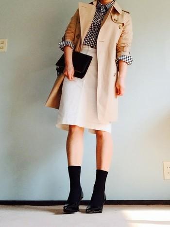 ベージュのコート×白タイトスカート。 ギンガムチェックのシャツでカジュアルになりそうなところを、白タイトスカートで合わせて女性らしさも忘れずに。