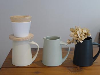 同じく「flat」のジャグは、コーヒーピッチャーにもフラワーベースにも使えるデザイン性の高さ。