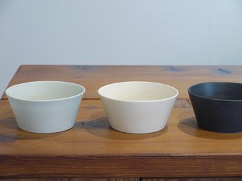色はアイボリー、コバルト、ペールブルーの3色展開。お料理を優しくひきたててくれる淡い色合いがたまりません。