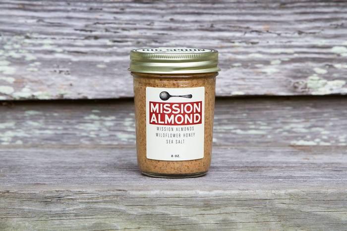 香ばしくて後味がさっぱりしているのがアーモンド使用の「MISSION ALMOND(ミッションアーモンド)」。甘さは少量のはちみつのみ。そのままパンなどに塗るのはもちろん、お料理に隠し味として使ってもコクが出ておいしいですよ。