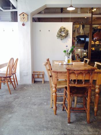 吉祥寺の井の頭公園方面にある、洋服屋さんに併設されたカフェです。とってもナチュラルな雰囲気で、デートや女子会にもおすすめのおしゃれなカフェです。