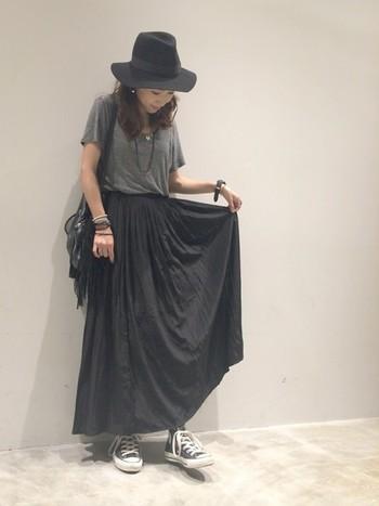 マキシ丈のスカートにコンバースのハイカットを合わせて。重たく見えないのは、デザインがすっきりとしているから。