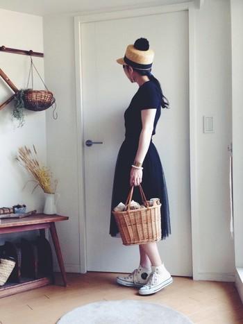 かごバッグを持ってお出かけするのにもぴったりのコンバースハイカットスニーカー。どこまでも歩いていけそうです。