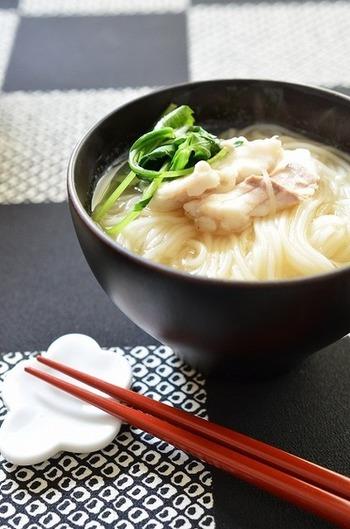 出汁を鯛のアラでとるとより美味しくいただけます。さっぱりしているのに染みわたります。