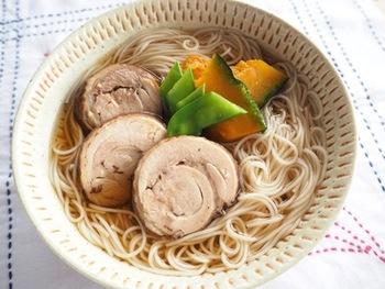 甘めに味付けした紅茶鶏は子供たちも喜んでたっぷり食べてくれます。夏バテ気味の体に優しいにゅうめんです。
