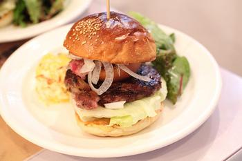 こちらは「熟成肉入りハンバーガー」。赤身の熟成肉が贅沢にサンドされています。付け合せはポテトフライじゃなくてポテトグラタンというのも洋食屋さんらしいですね♪