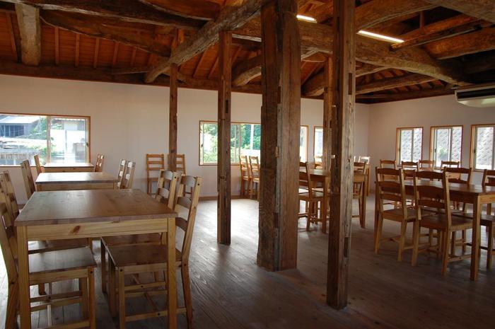 開放感溢れる広さのカフェは海も見える2階に。1階では、雑貨や手作り焼き菓子を販売。