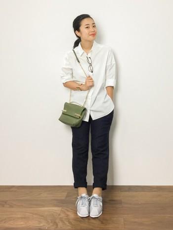 コットン100%。 カジュアルな着こなしは、パリッとした質感のシャツとパンツの大人きれいめコーデ