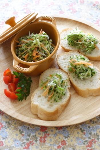 甘酢を使用。キャベツやキュウリなど好みの野菜の千切りと、じゃこ、胡麻をたっぷり和えて。和風なのに意外とパンにも合うんです。