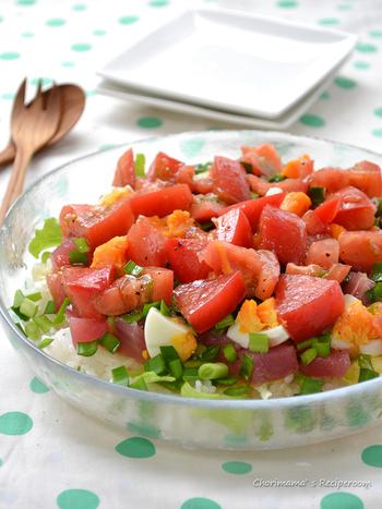 トマトドレッシングをかけるだけの簡単ごはん。お酢はほんのちょっとしか入れないのですが、きちんと味の決め手になります。よーく混ぜて召し上がれ。