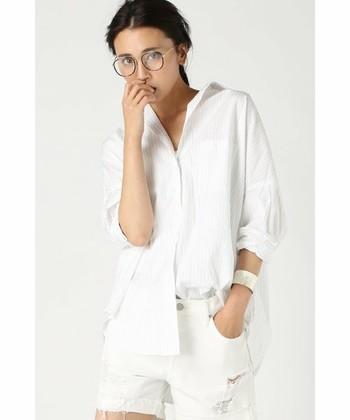 程よいハリ感が心地の良いコットンシャツは、白いアイテムで統一感を出すとルーズすぎず大人の着こなしに。