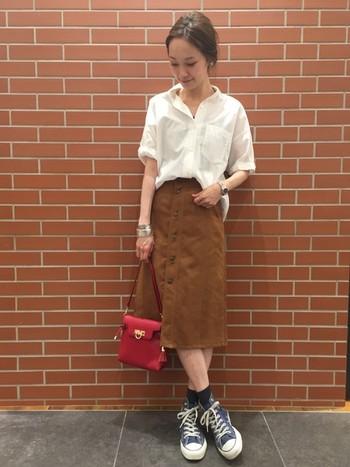 立体的なシルエットのコットン100%白シャツと台形スカートの組み合わせでトレンドスタイル