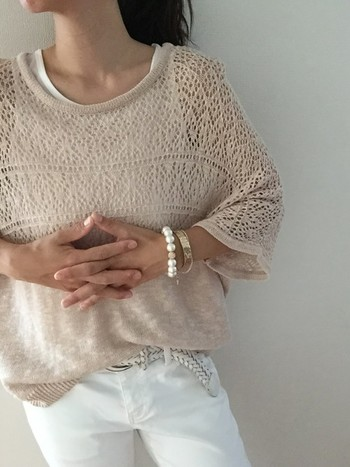 ベージュのニット×白デニム。 網目がポイントの透け感がある夏ニット。ゆらゆらと大きめの袖が涼しげです。