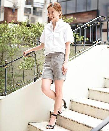 今年らしいコットンシャツに、足元はヒールのパンプスで女性らしさを加えるのもいいですね。