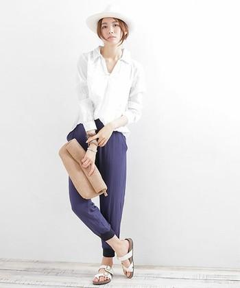 清涼感のあるリネン素材の白シャツはネイビーとの相性バツグン、白のハットに合わせてさらに涼しげに。