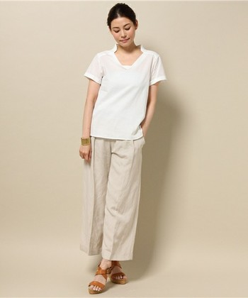 デコルテラインが美しく見える、麻綿素材の白シャツ。カジュアルに明るめのワイドパンツと合わせてリラックス感のある着こなしを楽しみたいですね。