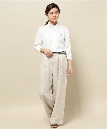 オーソドックスな形のリネンシャツはワイドパンツと合わせて。シルエットが単純になりすぎる場合は細めのベルトでアクセントを入れるといいですね。