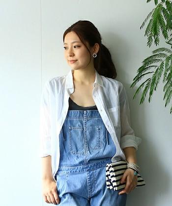 綿麻の繊細な素材感の白シャツは、Tシャツやノースリーブと合わせて羽織コーディネートもおすすめです。
