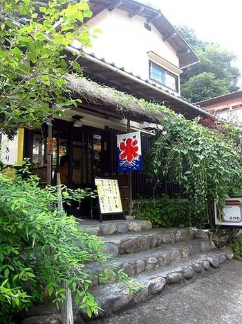 「くずきり みのわ」は昭和46年創業、お店は鎌倉駅西口から徒歩12分、鎌倉らしさの残る佐助ヶ谷にあります。
