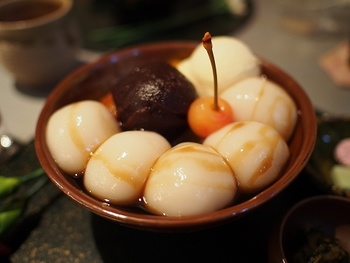 白玉クリームあんみつ 雲母の白玉は、一般的な白玉より大きいのが特徴です。黒みつをかけて食べたい♡