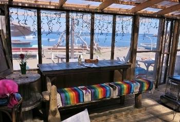 ビーチが目の前でおしゃれな海の家のような雰囲気! 撮影ロケーションとしての貸し出しも行っているそうです。