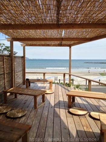 テラス席は海の音や潮風を感じられる涼しげな空間。