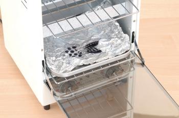 オーブントースターにアルミホイルを敷き、作成したプラバンを載せて焼きます。熱を加えていき、反応がなくなったら取り出して下さい。