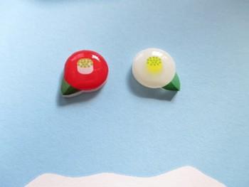 アクセサリー制作「墨梅屋」さんの作品。ぷっくらふくらんだ丸みがかわいい椿モチーフのピアス。