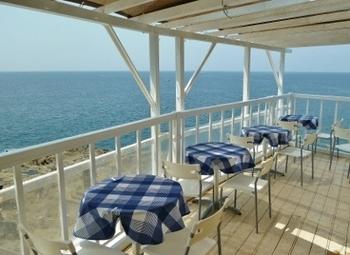 真っ青な海を見渡せるロケーションばっちりのテラス席がおすすめ。真っ白い建物と、青いテーブルクロス、真っ青な海、なんとも爽やかです◎