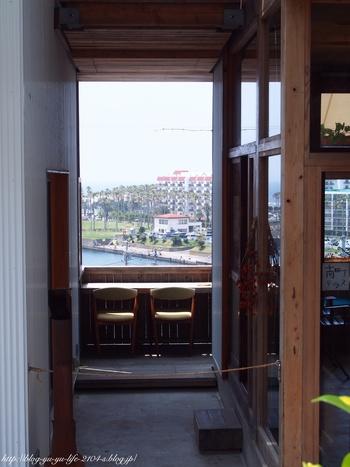 開放的なテラス席。ここから見える景色はなんだか外国のよう。
