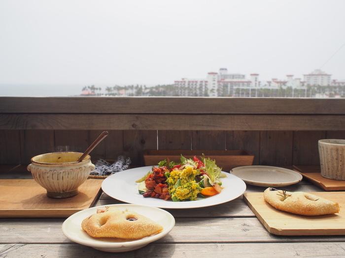 焼き立てパンとスープ、美味しいコーヒー、自家製ジュース等が楽しめます。パンは自家製酵母のパンのようで、とにかくおいしいと人気!季節のお野菜もたっぷり楽しめます。