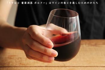 シンプルななかに、職人さんのこだわりを感じる「うすはりグラス」。電球の球を吹いていた技術を受け継いできた松徳硝子さんの、職人さんの手によって一つ一つ丹誠こめて手作されているのだそうです。繊細な口当たりや手にした感触に独特の味わいはワインをいっそう美味しく楽しませてくれるはず。薄いからといって特に割れやすいという事はないのでご安心を。