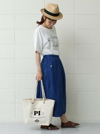 白シャツ×青いリネンスカート カジュアルで可愛いコーディネートですね。鞄も麻生地がとても似合う組み合わせですね。 この場合、シャツはイラスト入りかロゴ入りが可愛いですが、無地にすれば大人っぽくなるでしょう。