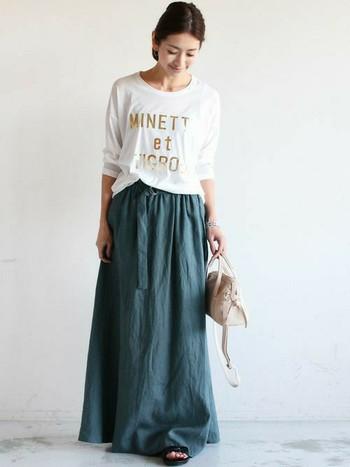 今年は、だいぶ長めのスカート丈が流行です。 デニム素材のようなリネンスカートを使う事で白いシャツが生えます。 サンダルは茶色でも可愛いですね。また、ショルダー鞄でも可愛いですよね。