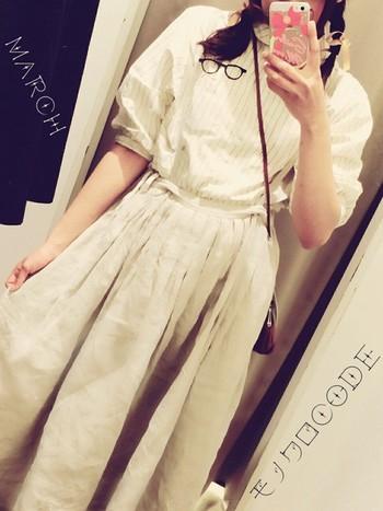 白ストライプ×白リネンスカートが上品で、お洒落です。 今年流行の白をふんだんに使う事で上品さが更に増すことでしょう。靴も白でも可愛いと思いますが、ショルダー鞄に合わせて茶色のサンダルも似合いそうですね。