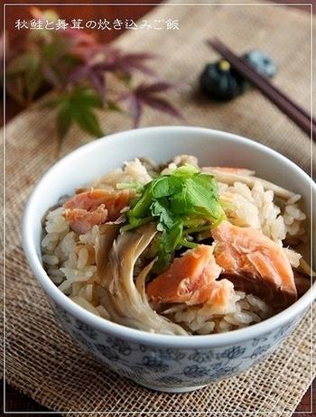 舞茸は香りが良くて、出汁が出るので是非、炊き込みご飯に♪旬の鮭と舞茸の味わいに、ごぼうの風味が効いています。味付けの基本はめんつゆなので、失敗がありません!